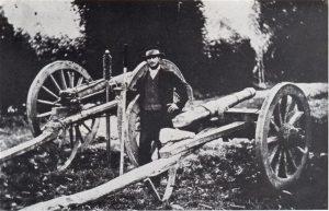 Marthinus Ras het 'n kanon van wabande gebou om die Britte mee te beskiet. Dit was in 1880 toe die Boere besluit het om die Britte uit Transvaalse gebied te verdryf en hul Zuid-Afrikaanche Republiek in ere te herstel. Die kanon het egter aan stukke gespat toe dit die eerste keer afgevuur is. Die Boere het toe op hul Smith-Richardson- en Martini Henri-gewere staat gemaak. Met mannemoed het hulle die Britte in 'n reeks skermutselings volslae verslaan. Dit was die grootste vernedering wat Brittanje in sy ganse krygsgeskiedenis toegedien is.